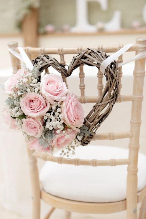 cadeira-com-coracao-e-flores-rosa